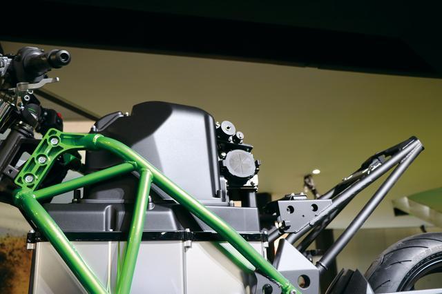 画像: バッテリー上部にはエアクリーナーボックスのような黒い箱をマウント。おそらく、内部には各種制御ユニットやインバーターなどが収まっているものと思われる。
