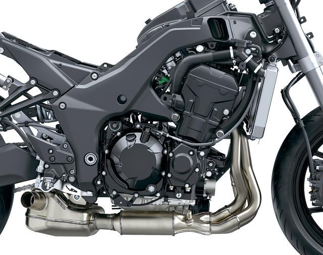画像: アルミツインチューブフレームは、マスの集中化を高い次元で実現するのと同時に高い剛性も備えていて、ニンジャ1000の優れた操縦性を支えている部分だ。スイングアーム、前後サスも含め、車体の基本構造は従来のものを受け継ぐ。デビュー以来熟成を重ねてきた、排気量1043㏄の水冷直4エンジンは電子制御スロットルを新採用。最高出力も142PSにアップ、同時に最大トルクも向上して力強さを増した。