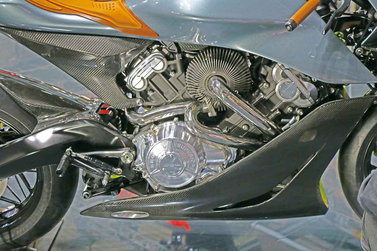 画像: 997㏄のDOHC・Vツインエンジンにはインタークーラー付きターボユニットが組み合わされ、パワーは180HPと発表されている。エキパイは高価なインコネル製。