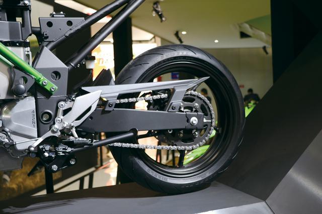 画像: スイングアームはスチール製と思われる。タイヤはダンロップのラジアルで、サイズは150。当時のニンジャ250より1サイズ太い。