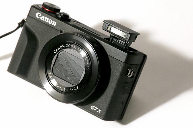 画像: G16もそうでしたが、Gシリーズはカメラ本体のデザインが武骨でかっこいい。内蔵ストロボもいい感じ。