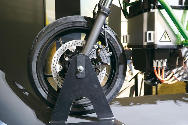 画像: ホイールやブレーキキャリパーは当時の2代目ニンジャ250のものと思われる。タイヤはダンロップのラジアルを履いていた。
