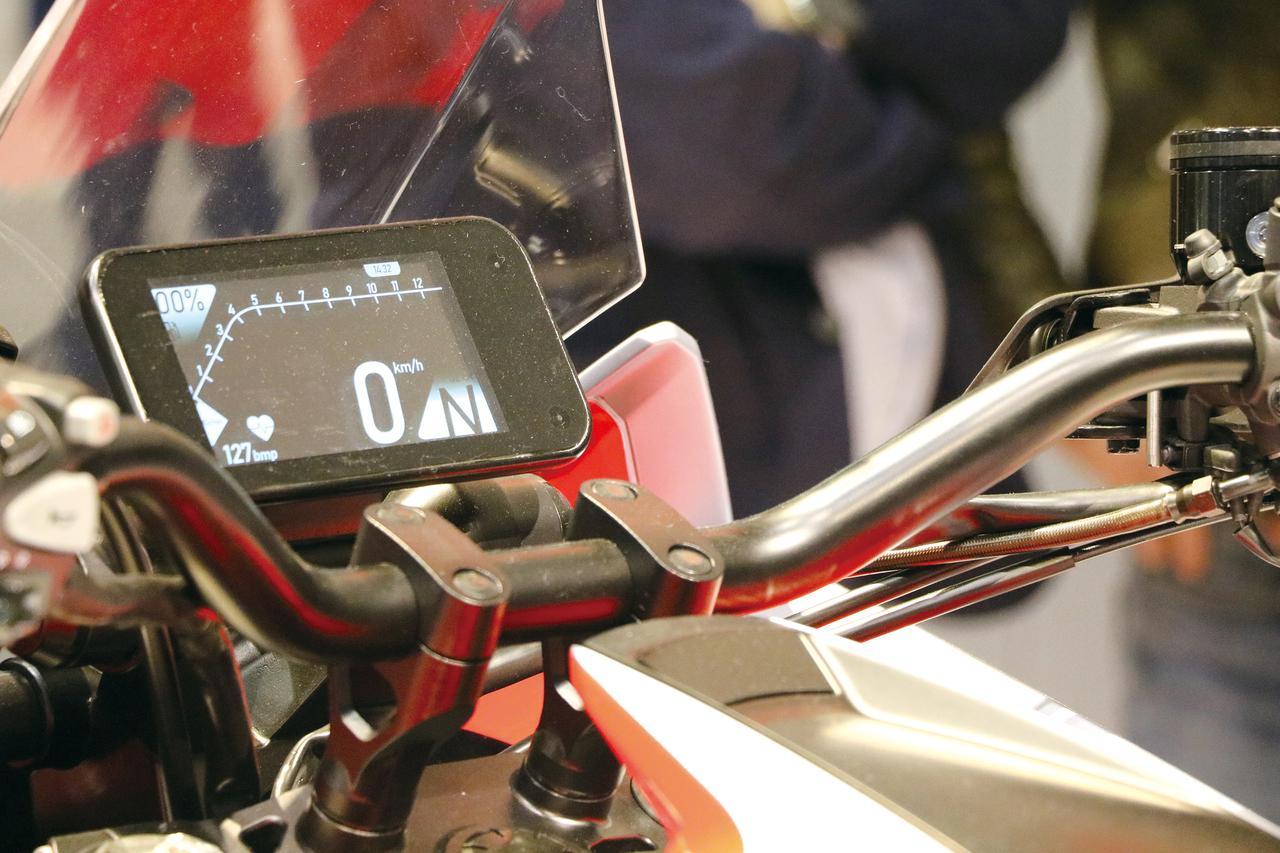 画像: コンパクトなメーターだが、TFT液晶パネルを使用して多機能を実現することを想定してデザイン。左下には心拍計が見える。