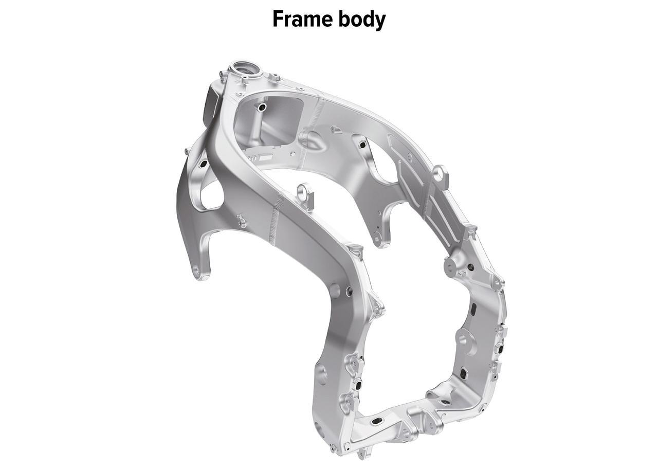 画像: ピボットプレート上部のクロスメンバーを大胆に省略。しなりを積極的に使った、しなやかなフレームとして、コーナー脱出時のラインの自由度を高めている。