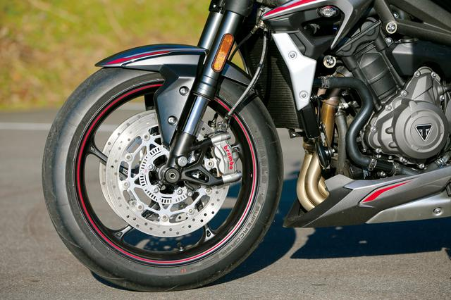 画像: ショーワのBPFフォークにブレンボのラジアルマウントキャリパーを採用。タイヤはピレリのディアブロスーパーコルサだ。