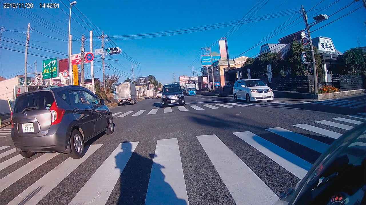 画像: 広角レンズで片側3車線の道路でも対向車線まで完全にカバー。LED信号機のフリッカー(チラつき)現象にも対応している。