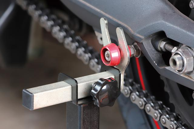 画像: スイングアームに「ボビン」や「フックボルト」と呼ばれるパーツを付けた車両にはU型アタッチメントを使用。より簡単確実にスタンドアップできる。