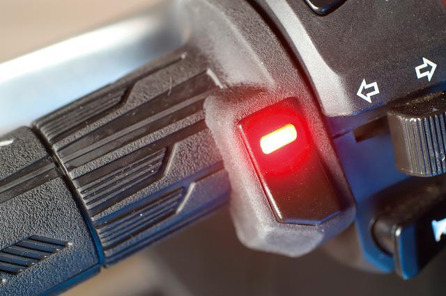画像: 温度調整は5段階。LEDインジケーターが青、緑、黄、燈、赤の順で温度が上がる。最後の設定温度を記憶するメモリー機能もある。