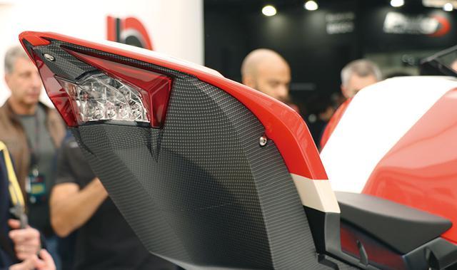 画像: 高く上がったテールカウルは後部をとがらせたコンパクトなデザイン。LEDのテールランプは、ヘッドライト同様H2のパーツを使用する。