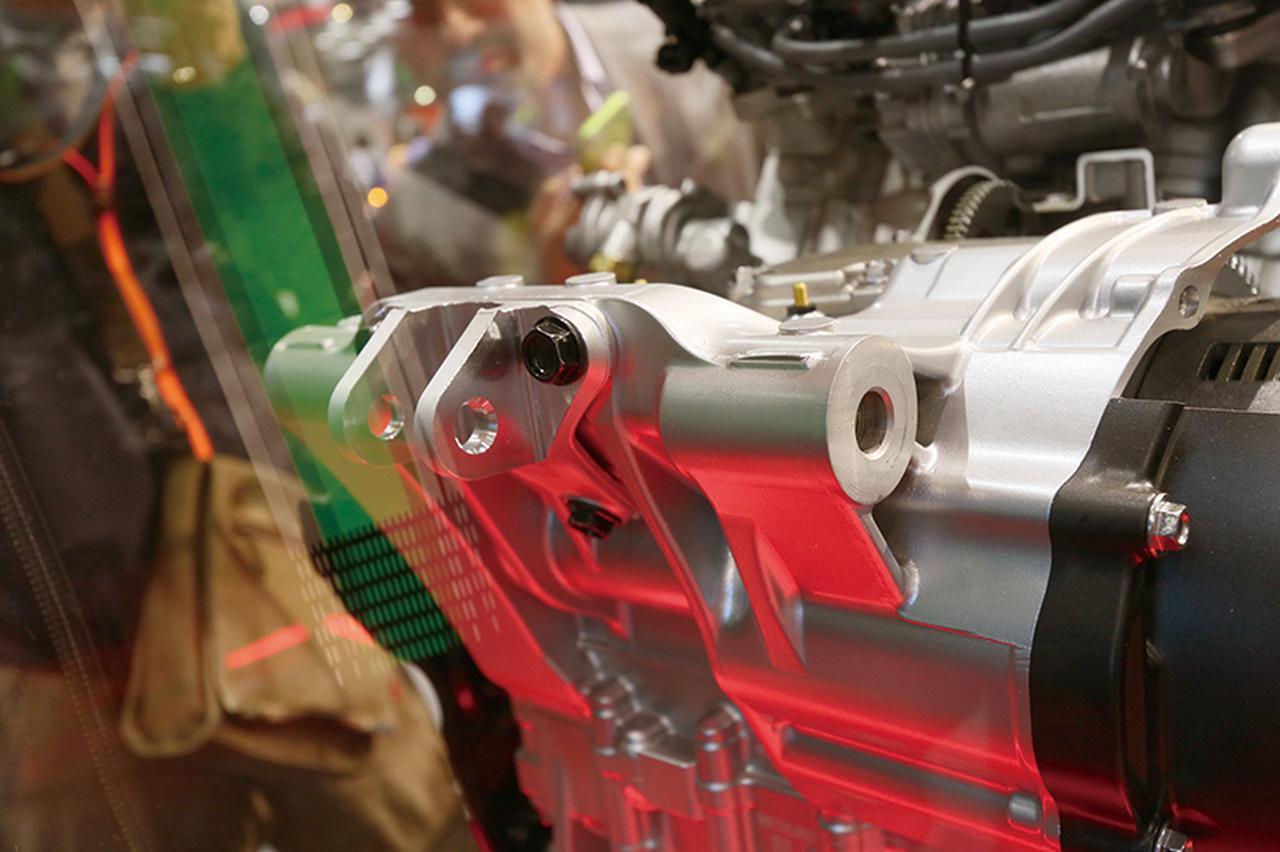 画像: エンジンのケース後部にショックマウントを設け、リアショックはここにマウントする。これでフレームのクロスパイプも廃止している。