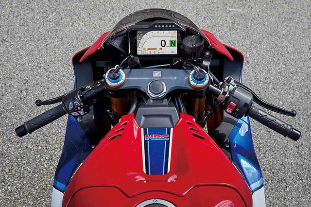画像: 燃料タンクは従来型に比べて45㎜低くセット。これはストレートでライダーが伏せやすいスペース確保のためだ。