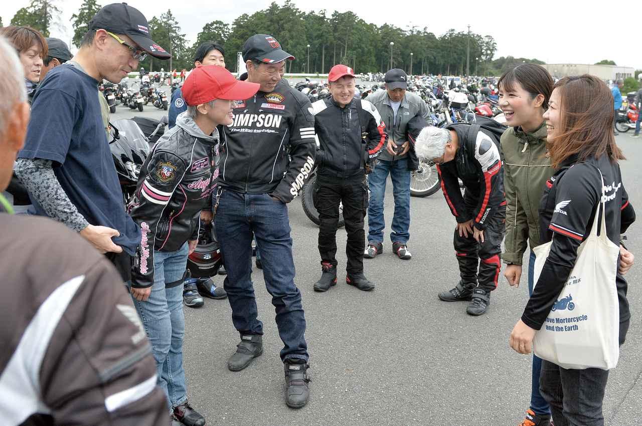 画像: 休憩タイムには参加者の皆さんとバイクトークで盛り上がりました。初対面同士でも、バイクという共通点があるから話題が尽きないんです。