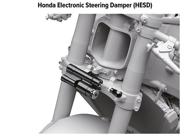 画像: ステアリングダンパーはショーワの電子制御式を採用。その上にはフレームを貫通するラムエアインテークが口を開けている。