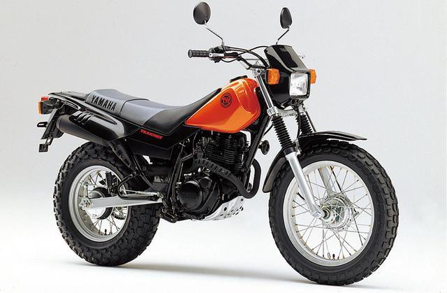 画像: YAMAHA TW200(1996) XT200用の空冷シングルを載せ、極太のバルーンタイヤで走る場所を選ばない全地形型モデル。キャブには高地でも混合気を対応させる補正装置を装備した。