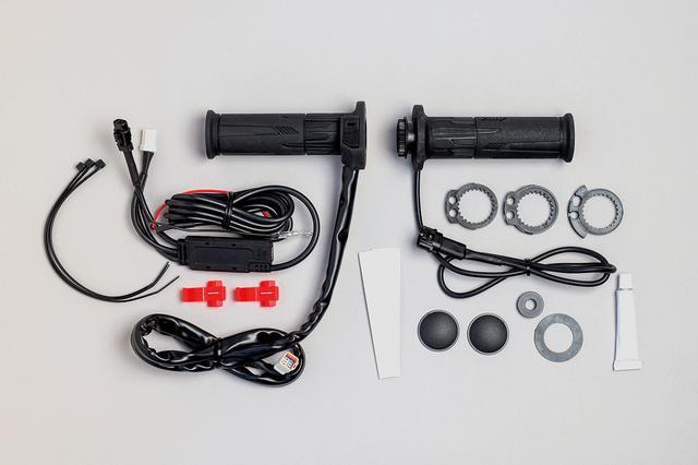 画像: 右側はスロットルパイプとグリップを一体化し、左側は温度調整スイッチとグリップを一体化。交換の手間を大幅に減らす構成が特徴。 スイッチ一体型なのでキット内容はシンプル。バーエンドキャップ付きで被貫通タイプにも対応。電源コードの長さも余裕あり。 価格:1万7600円 [対応サイズ] ハンドルパイプ外径22.2㎜ グリップ長120㎜または130㎜の車両。