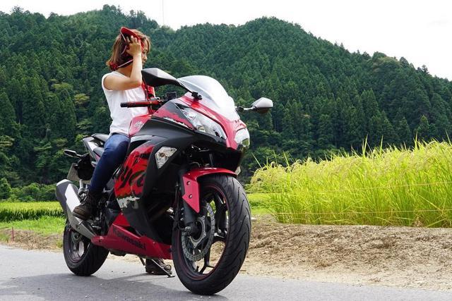 """画像1: gravity of kawasaki on Instagram: """"充実した乗り心地とライトウェイトを兼ね備えたカワサキ Ninja250と、どこまでも風を感じるツーリングへ。 お気に入りの愛車とだったら、毎日がツーリング日和ですね♪ ・ こちらの素敵なお写真を撮影された @moto8apple さんの愛車への想いをインタビューしました!…"""" www.instagram.com"""