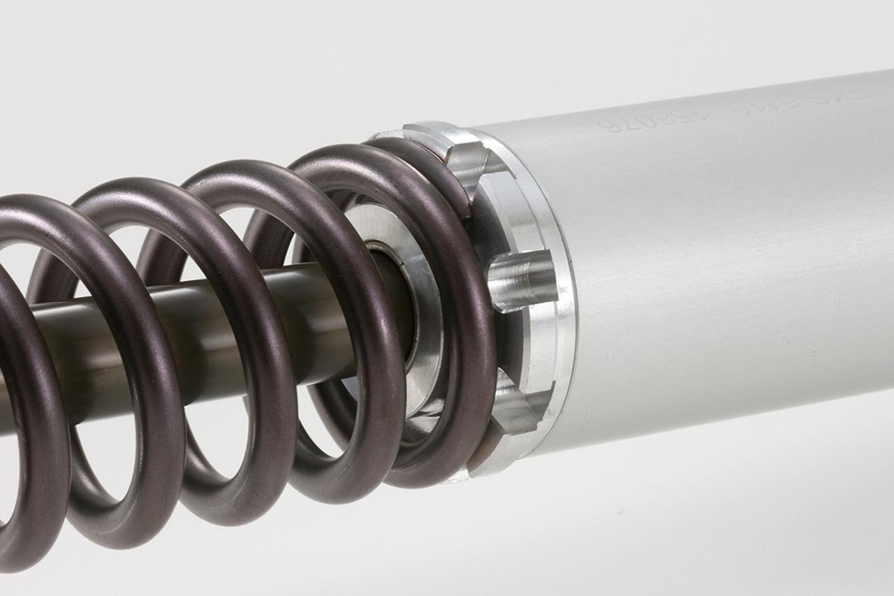 画像: ダンパー部分は専用工具で分解することが可能だ。積層バルブの組み替えは同社認定の工場で行おう。