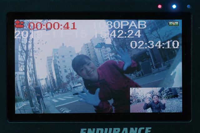 画像: モニター付きだから前後カメラの画角調整が簡単。前後の表示サイズを入れ替えたり、フロントのみ、リアのみを表示することも可能だ。