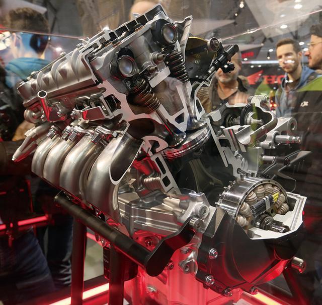 画像: ボア81㎜、ストローク48.5㎜という、超オーバースクエアな設定はRC213Vそのまま。バルブ挟み角を立ててコンパクトな燃焼室を実現し、フィンガーフォロワーロッカーアームの採用で高回転化も達成。パワーは歴代どころか、ホンダ直4最強の217.6PSだ。他にも冷却効率の向上など、最新技術がぎっしり詰まったエンジンだ。