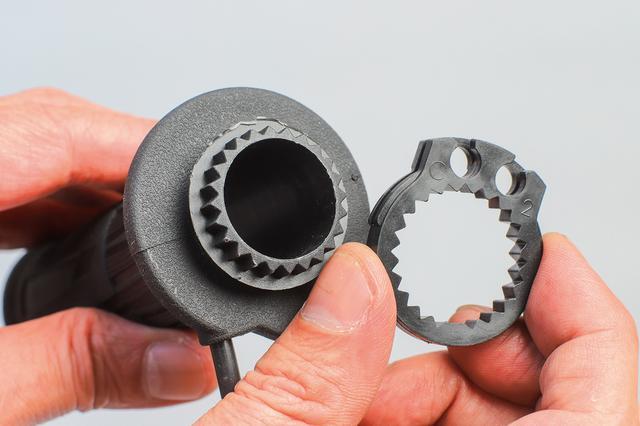 画像: 3種類同梱されているスロットルワイヤー巻き取り部を車種に合わせて装着する独自構造。嵌合部のガタはまったく感じられない。
