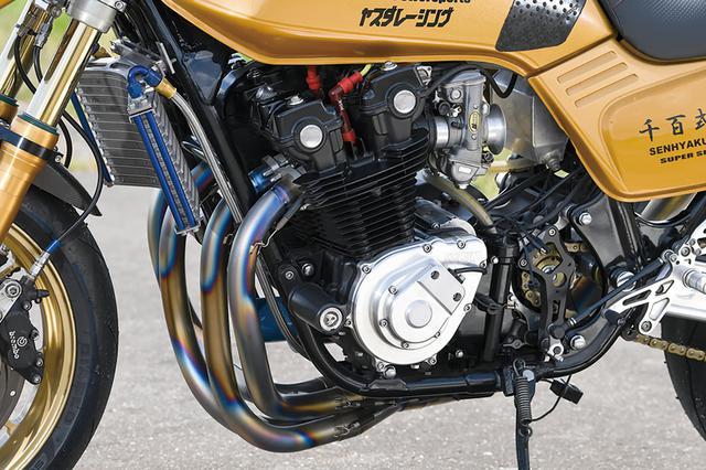 画像: クランクが重いとエンジンブレーキが強めにかかる方向になるという感触を比較するためもあって、この時点では1100Fでなく900Fクランク+ワイセコピストンの[901→]985cc仕様としていた。気筒間ベンチホールも開けられている。クラッチはメタルギヤ製パーツで油圧化。