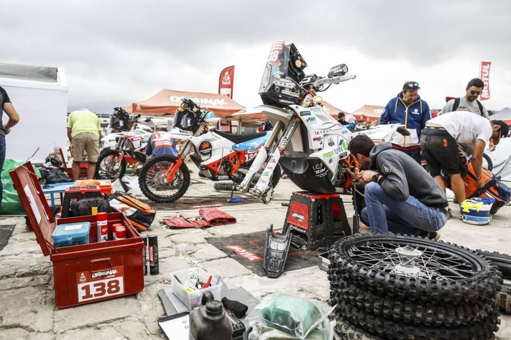 画像: 各ステージ終了ごとにメカニックによる整備が行なわれるダカールらしい光景。しかし、レース中盤はメカニックなどによるマシン整備を行うことが出来ない「マラソンステージ」が続く。