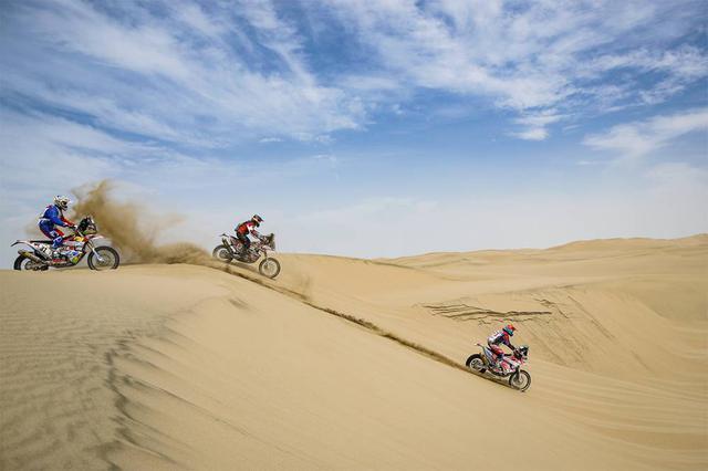 画像: ステージ1のスタート直後から始まった砂丘ステージ。柔らかい砂でタイヤがスタックしやすく、スピードが乗せ辛い。2019年のルートはこのような砂丘ステージが大半を占める。