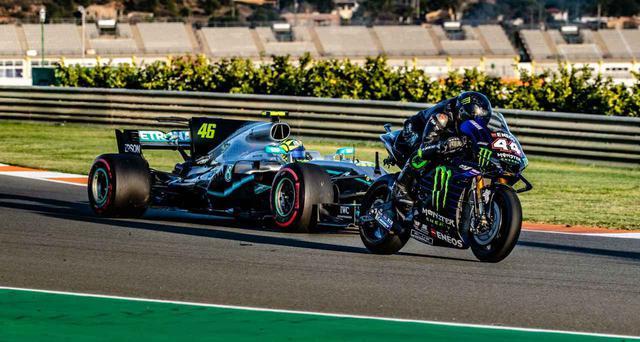 """画像: [動画あり] ロッシとハミルトンが、互いの愛機を""""取りかえっこ""""して楽しむイベントが開催されました! [MotoGP & F1] - LAWRENCE - Motorcycle x Cars + α = Your Life."""