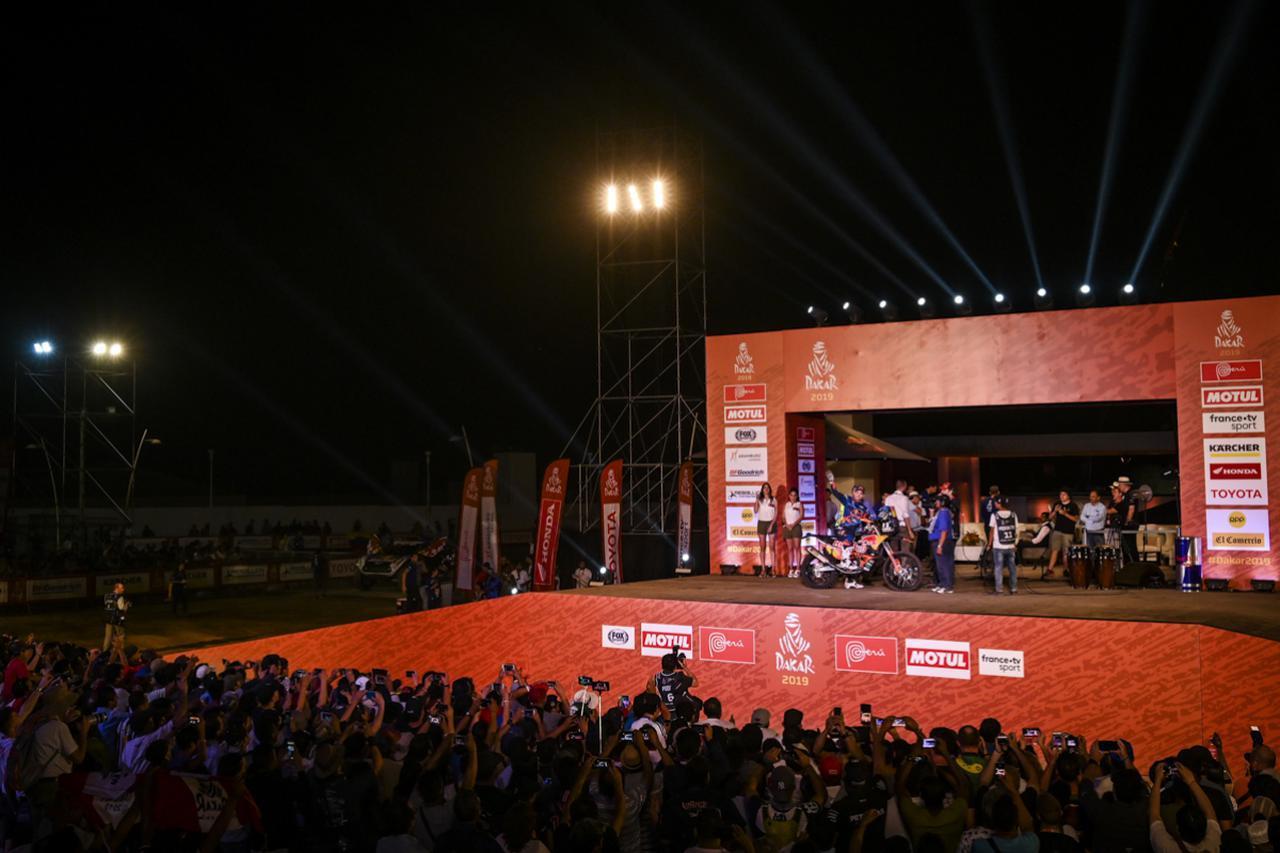 画像: 選手達はマグダレナのビーチに設置されたスタートポディウムに立ち、10万人とも言われるラリーファンが見守る中、セレモニーランが行なわれた。