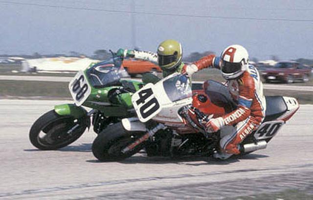 """画像: 1983年のデイトナ・スーパーバイクのひとこま。60番のウェイン・レイニー(カワサキ)と、40番デビッド・アルダナ(ホンダ)のバトルです! こういうシーンの再現を、""""ビンテージ・スーパーバイク""""では期待したいですね。 www.motorcyclemuseum.org"""