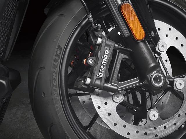 画像: ブレーキはブレンボと共同開発。フロントはラジアルマウントのモノブロック4ピストンキャリパーで、高い制動力と良好なフィーリングを両立。