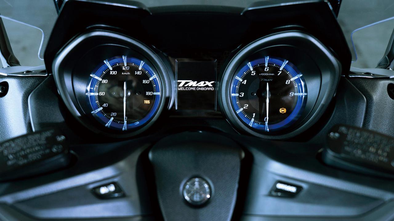 画像: アナログ式スピード/タコメーター間に液晶表示を設定。DモードやTRCモードも表示。