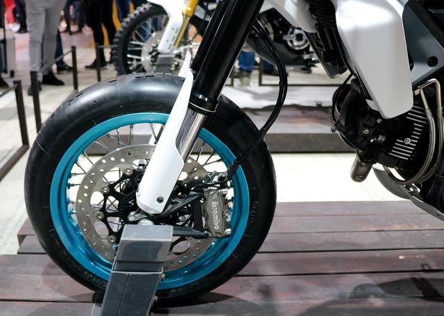 画像: 大径ローターにブレンボ製ラジアルマウントキャリパーという組み合わせ。ホイールは「デザートスレッド」と同じくスポークだ。