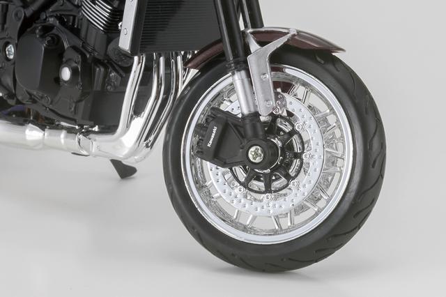 画像: フロントブレーキディスクは実車の装着パーツに基づく多孔タイプとなっている。細部まで手抜かりなし。