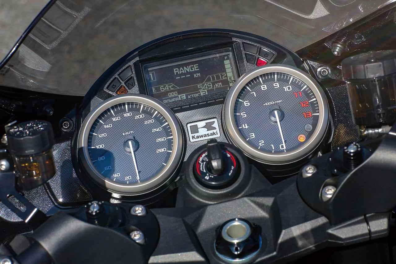 画像: 速度計と回転計が並び、その中央には多機能液晶パネルがおさまる。表示の切り替えは左ハンドルスイッチのボタンから行う。