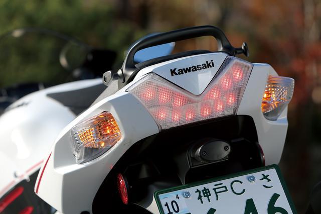画像: テールカウルの後部に埋め込まれたスポーティなV字型デザインのテールランプ。光源にはLEDが採用されている。