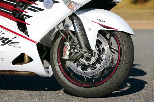 画像: インナーチューブ径Φ43㎜の倒立フロントフォーク、フロントブレーキはブレンボ製のM50鋳造モノブロックキャリパー。