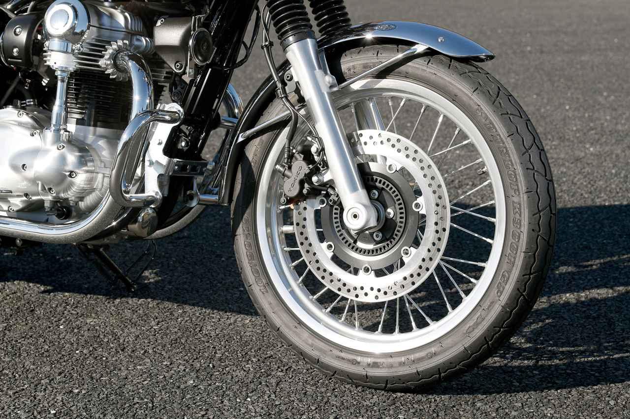 画像: スタンダードなW800は19インチホイールでゆったりとしたハンドリングに。フロントブレーキはφ320㎜ローターを採用。