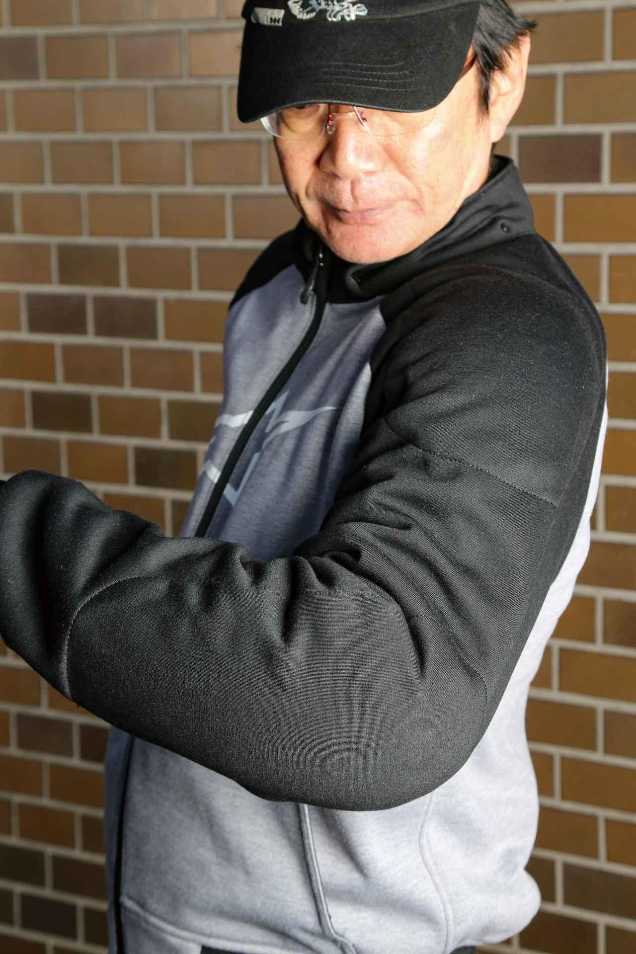 画像: 転倒時にダメージを受けやすい肩と肘にはCE規格の本格的なソフトプロテクターを内蔵している。