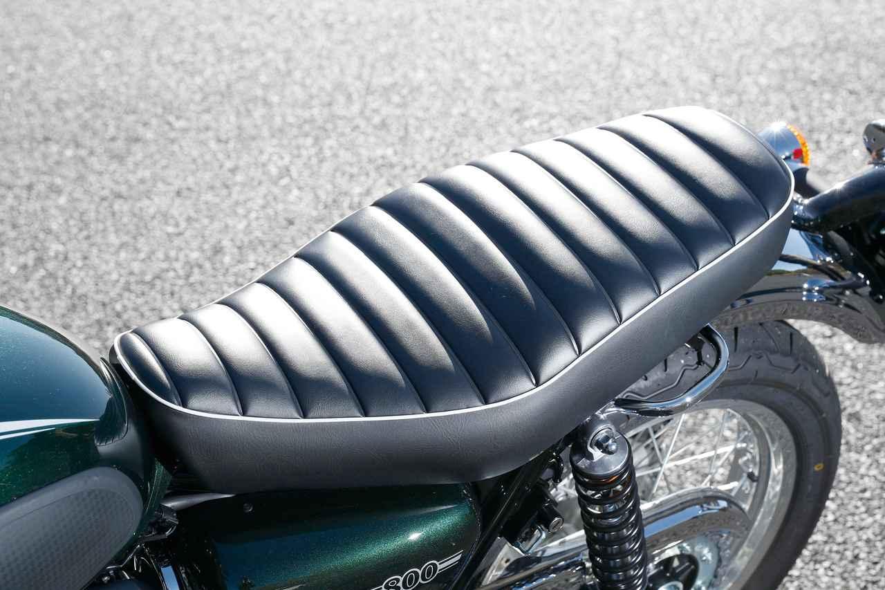 画像: 座面をタックロール仕上げとしたクラシカルなスタイルのシート。前端を細く絞ることで良好な足着き性を確保する。シート高は790㎜。