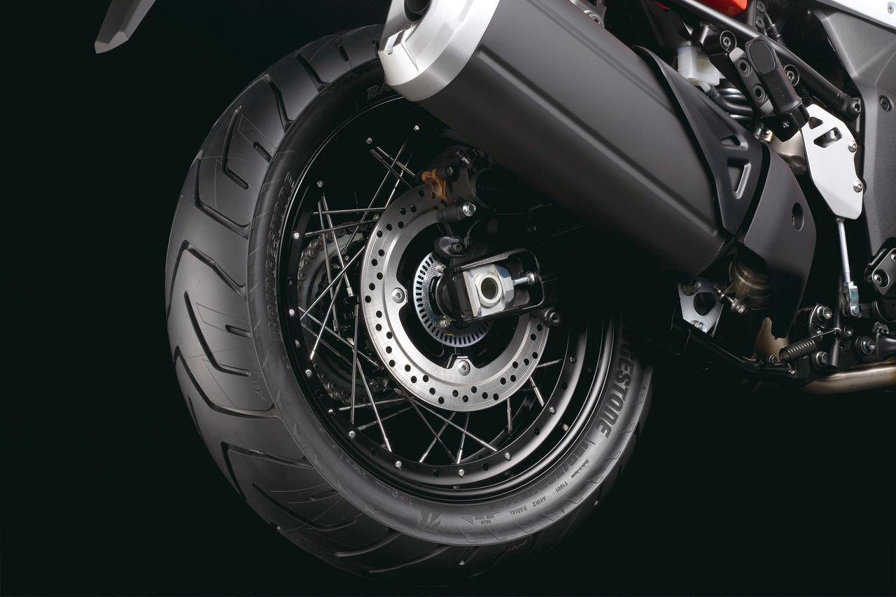 画像: リアホイールは両モデル共に17インチ径。リアブレーキは片押しシングルピストンキャリパーにΦ260㎜ローターの組み合わせ。