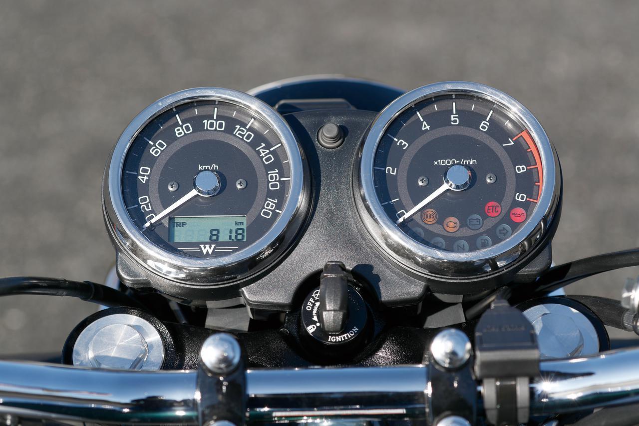 画像: アナログ速度計&回転計の2連メーターそのものはシリーズ共通。盤面はストリート、カフェのいずれとも異なる専用デザイン。