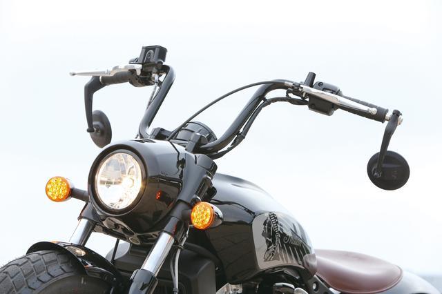 画像: ミニエイプバーハンドルの採用は、アップライトなポジションに一役買っている。バーエンドミラーは下向きに変更された。
