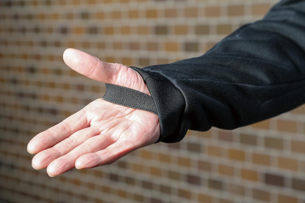 画像: 袖口にはゴムバンドが装着され、ライディング姿勢を取ったときのズリ上がりを防止。