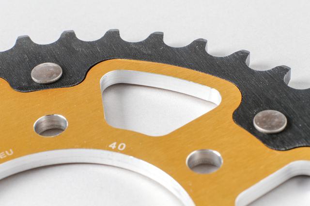 画像: CNC旋盤によって複雑な面形状を精密に仕上げたインナーとアウターを、ステンレス製の頑丈なピンで留めた構造。