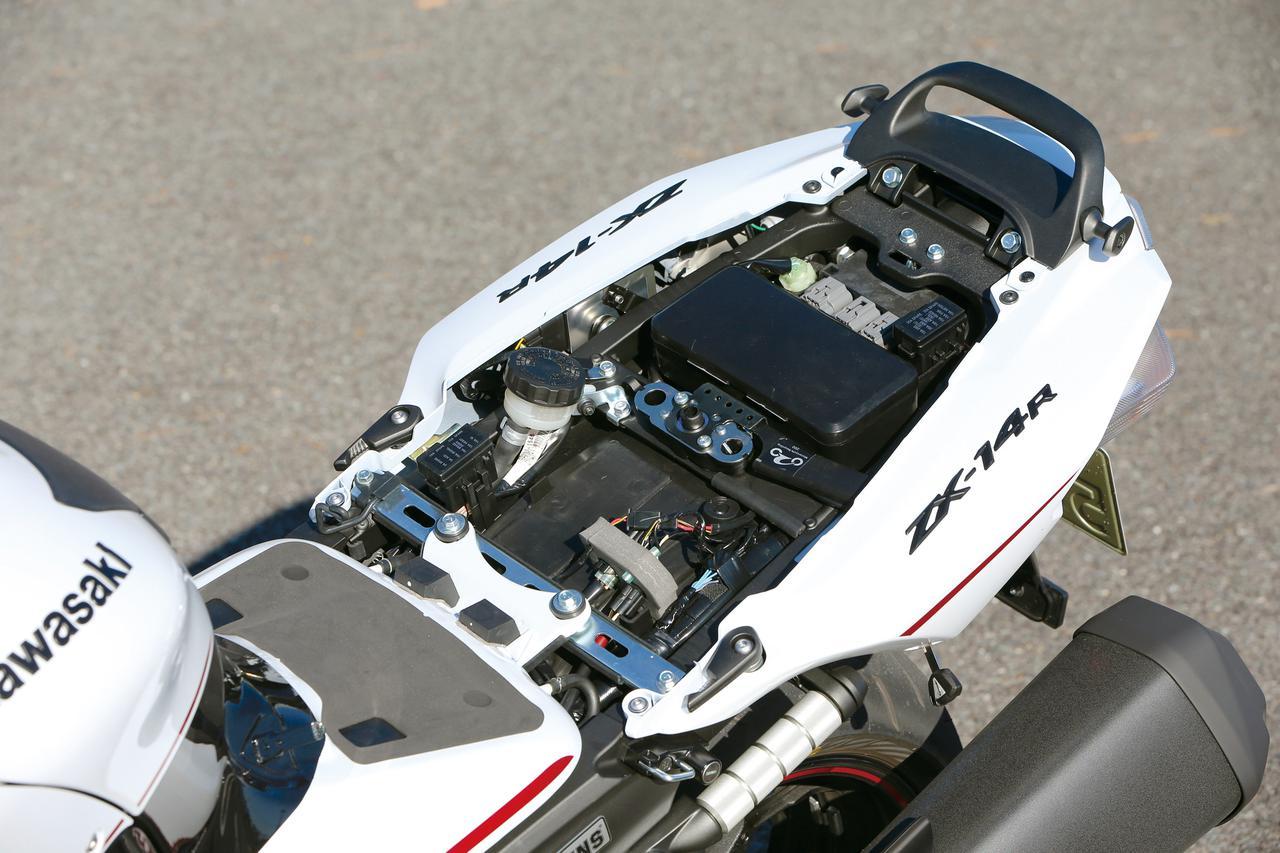 画像: シート下には車載工具を入れる小さなボックスと、ETC車載器を装備できる大きさのスペースが設けられている。
