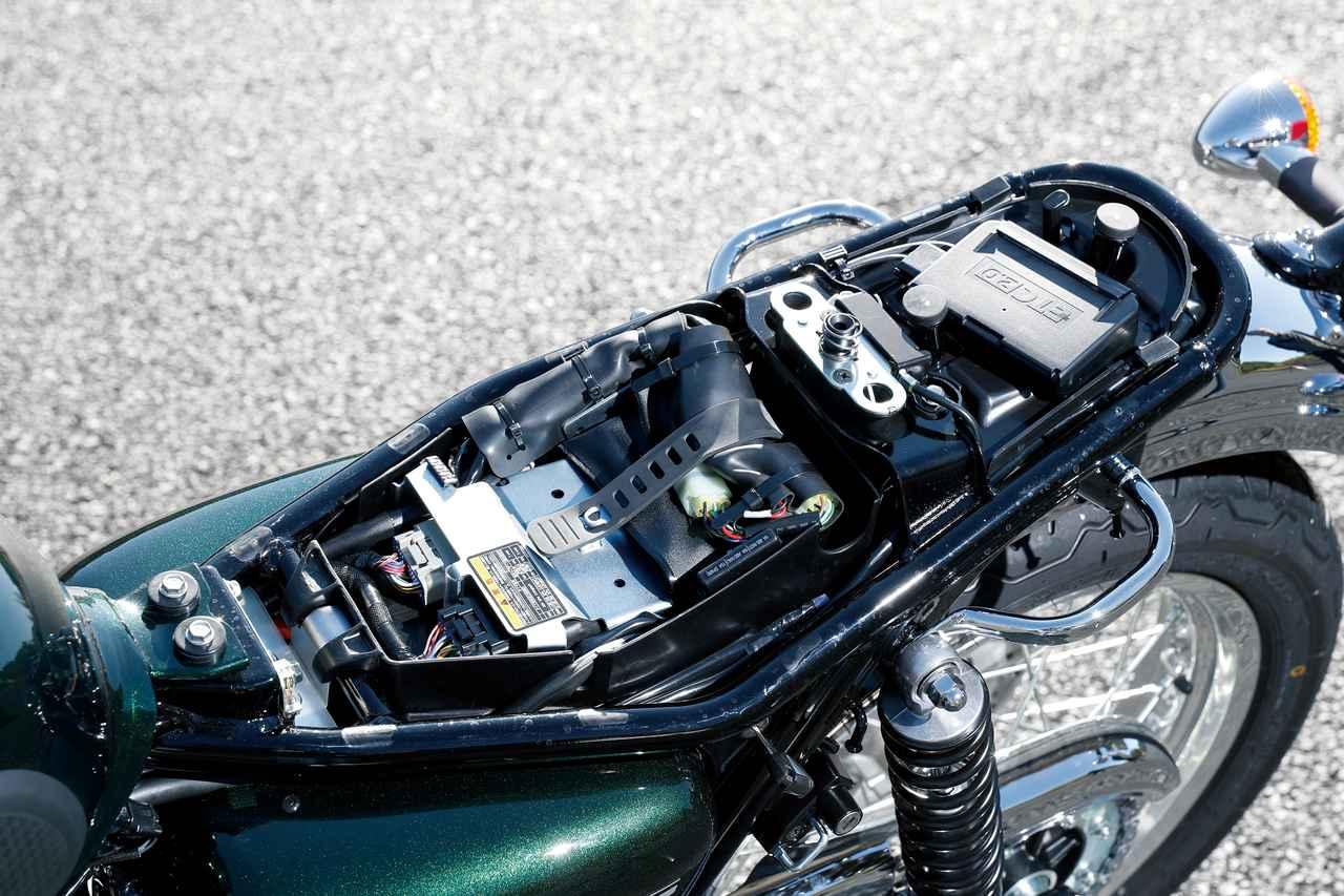 画像: シートはキー操作で取り外すことができ、シート下には標準装備であるETC2.0車載器が装着されている。
