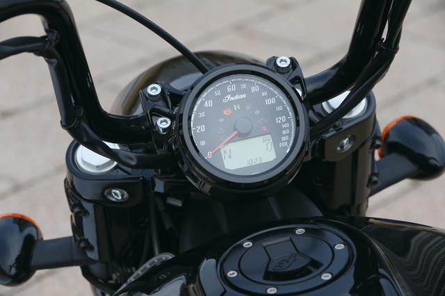 画像: アナログのスピードメーターにデジタルタコメーターやギアポジションなどを表示する液晶モニターをビルトイン。