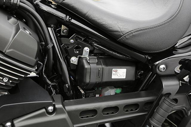 画像: キーロック式の左サイドカバー内には車検証、メンテナンスノートも入った車載工具用ボックスが納められる。ボックス外部には裏表も表示されている親切装備だった。