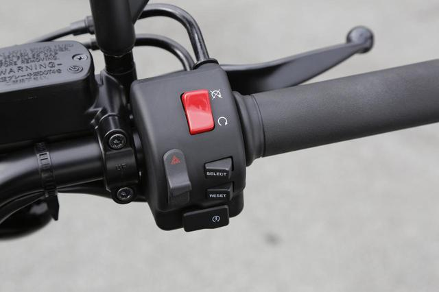 画像: メーターのファンクション切り替えとトリップリセットは右ハンドルスイッチで。キルスイッチ下の2連スイッチのうち、上が表示切り替え、下がリセット用プッシュスイッチ。